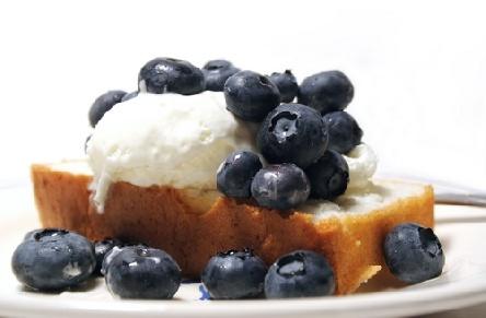 Божественият кейк е чудесен и със сметана и боровинки